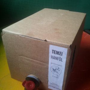 Hanföl im Beutel in einem Pappkarton